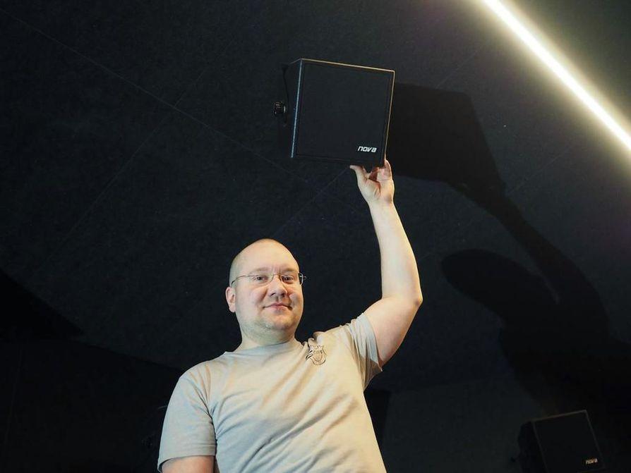 Starin yrittäjä Kari Kantala esitteli elokuvateatterin ykkössalin uutta 4K-digitaaliprojektoria ja Dolby Atmos -äänentoistojärjestelmää lokakuussa 2016. Arkistokuva.