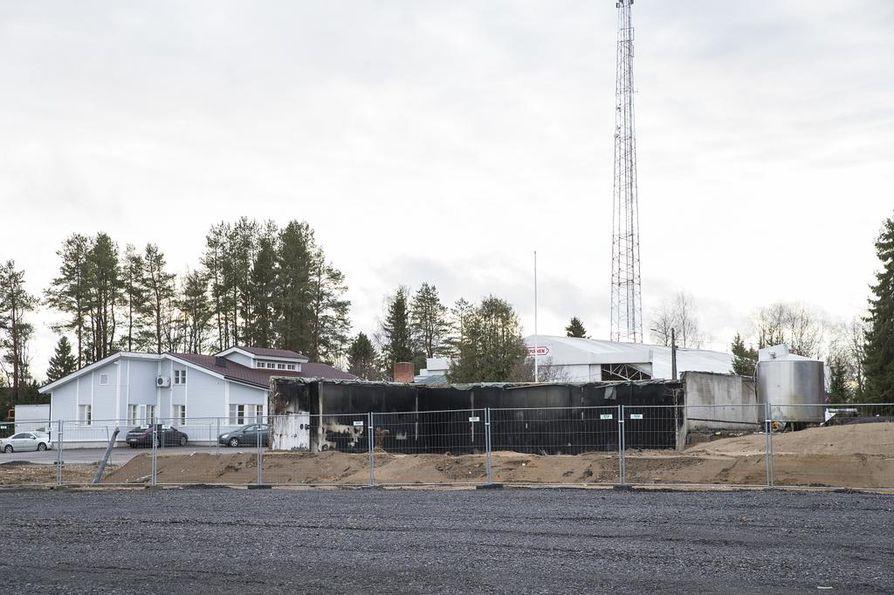 Vuoden takaisen palon jälkiä on yhä nähtävissä Rantsilassa Kylmäsen tuotantolaitosten luona.