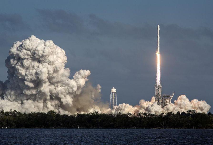 SpaceX:n Falcon Heavy -raketti ampaisi avaruuteen Cape Kennedystä Floridasta 6. helmikuuta.