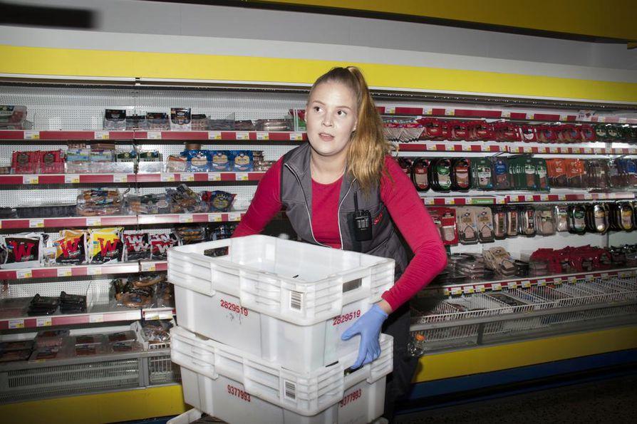 Öisin kaupanhyllyltä mukaan tarttuu herkkuja, mutta oikeillakin ruokaostoksilla käydään, kertoo Johanna Hakkila. Hän työskentelee öisin myyjänä Raksilan Salessa.