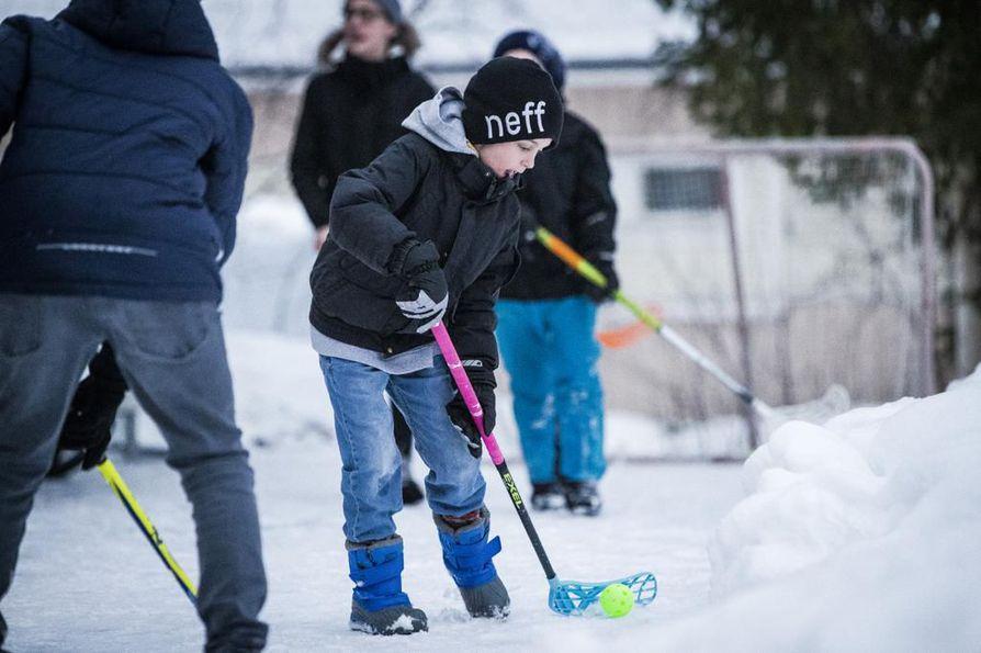 Kun Eino Rontti oli kolmevuotias syöpäpotilas hän pelasi sairaalan käytävillä pallopelejä ja liikkui kotonakin niin paljon kuin pahoinvoinniltaan pystyi. Nyt hän on hyvinvoiva kolmasluokkalainen, jonka harrastuksiin kuuluvat sähly, jääkiekko ja päivittäiset pihapelit.
