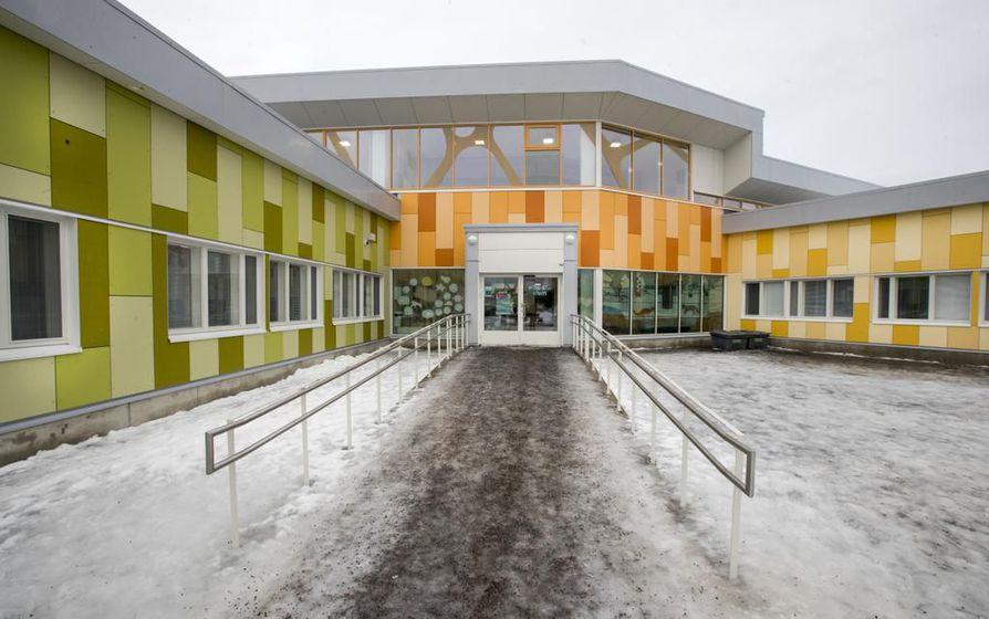 Pohjois-Ritaharjun koulu on nykyaikainen: oppilaat työskentelevät neljässä keskenään samanlaisessa sakarassa.