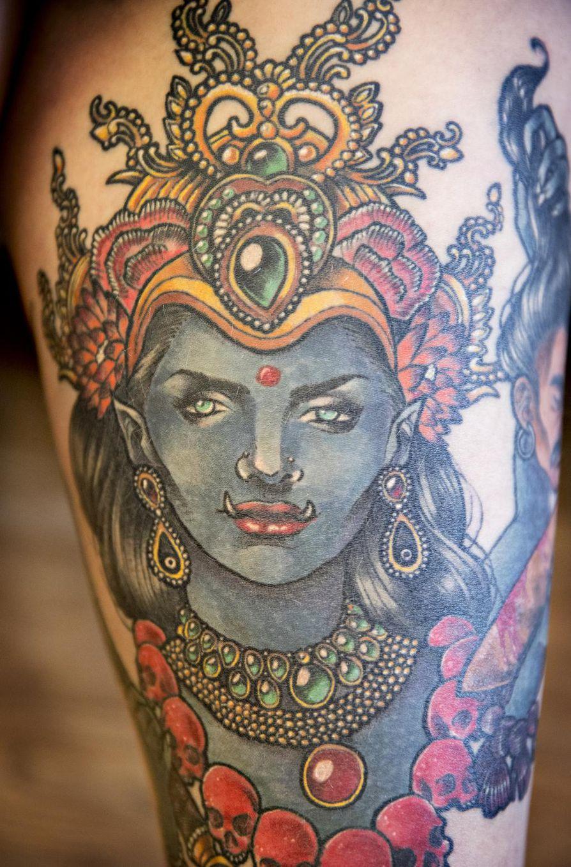Intialainen Kali-jumala kiehtoo Tekla Vähärautiota. Myös se on kuvattu yhteen hänen tatuointiinsa.