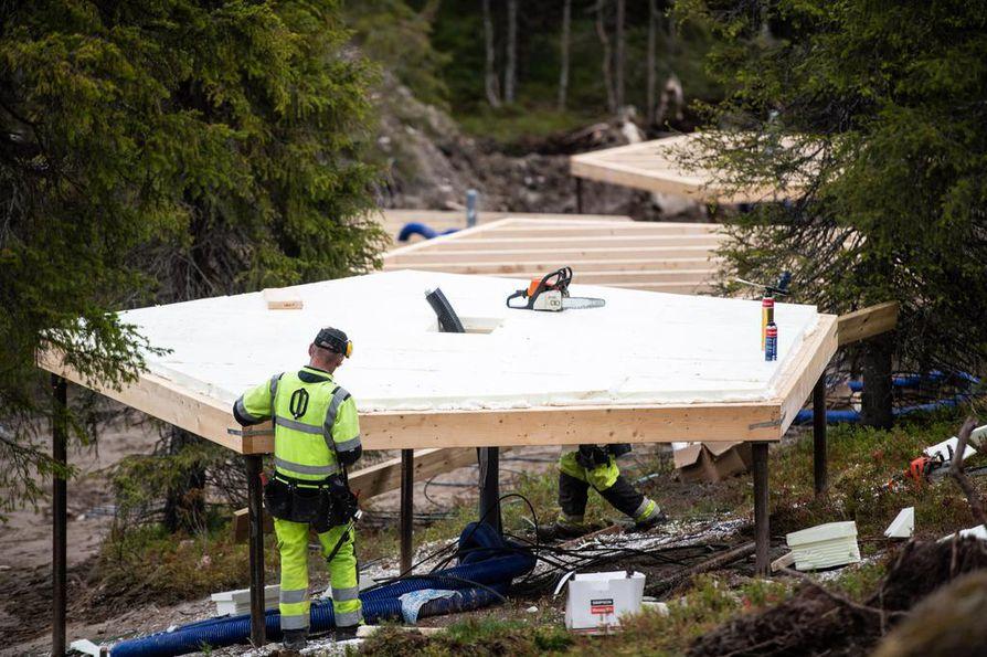 19 lasi-iglua on rakenteilla Rukalle, puolen kilometrin päähän Lamminkylän kahvilasta. Yksittäisen iglun koko on noin 15 neliömetriä.