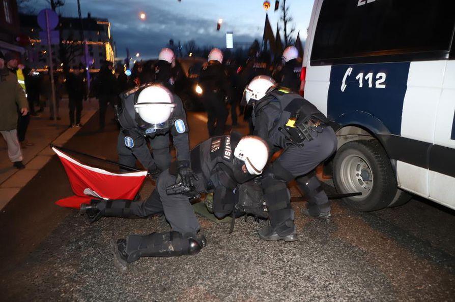 Poliisi joutui kaatamaan pari mielenosoittajaa maahan ja pysäyttämään hetkeksi uusnatsien kulkueen. Hakaristiliput otettiin pois.