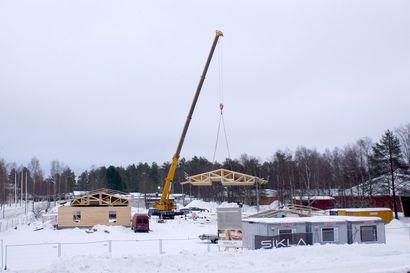 Rakentamisessa on vauhti päällä Pudasjärvellä – päiväkodin kattorakenteet nostettiin paikoilleen
