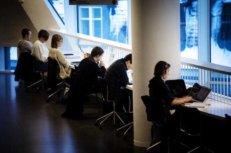 """Suuri osa merkityksellisistä ja kestävistä ystävyyssuhteista saa alkunsa opiskeluvuosina. Siihen vaikuttavat läheisyys, toistuva mahdollisuus tehdä asioita yhdessä ja ympäristö, joka """"kannustaa laskemaan omaa suojausta"""". Kuva Helsingin yliopiston kirjastosta."""