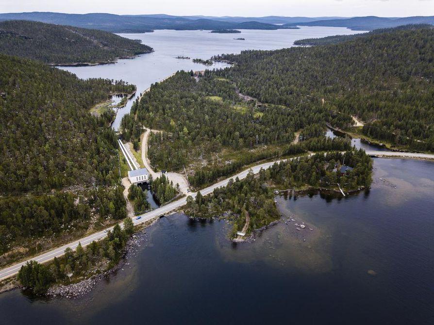 Kirakkakönkään vesivoimalaitos Inarissa valmistui vuonna 1953. Kunnanjohtaja Toni K. Laine on tänä kesänä esittänyt voimalaitoksen mahdollista purkamista niin talouteen kuin vaelluskaloihinkin vedoten.