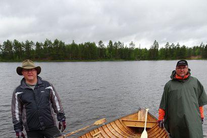 """Esa ja Jarmo soutivat Iijokea pitkin merelle: """"Vain kerran harjoiteltiin tällä puuveneellä"""""""