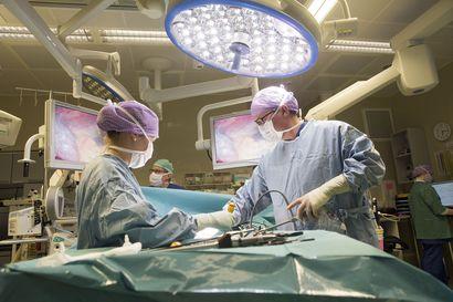 """Tutkimus: Leikkausta edeltävä koronakaranteeni voi lisätä leikkauksen jälkeisiä keuhko-oireita – OYSin dosentti: """"Testaus karanteenia parempi keino"""""""
