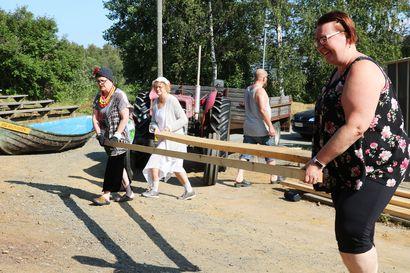 Katso video: Rompoolin teatteriryhmä valmistelee Väinölänrantaa ja käsikirjoitusta esityskuntoon hyvällä fiiliksellä, hirmuhelteessä