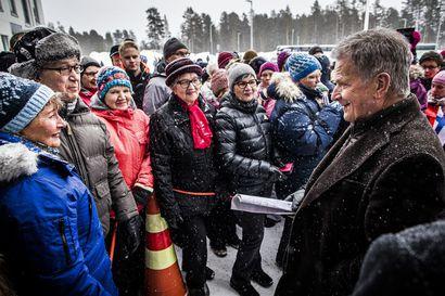 Sauli-fanit ja muu Sodankylä iloitsivat presidentin vierailusta – Niinistö valoi uskoa tulevaan mutta kehotti suhtautumaan koronavirukseen vakavasti