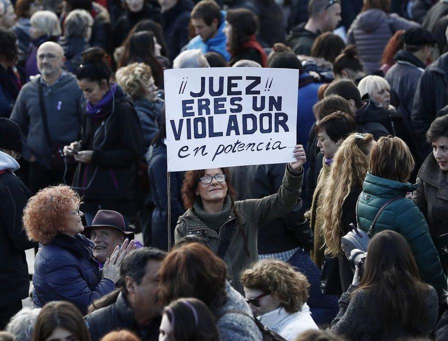 """""""Tuomari, olet mahdollinen raiskaaja"""", luki mielenosoittajan plakaatissa Pamplonassa marraskuun 25. päivänä, jolloin eri puolilla Espanjaa nostettiin esiin naisiin kohdistuva väkivalta."""
