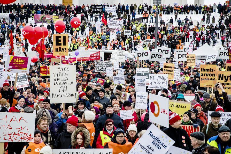 SAK:n järjestämä Ääni työttömälle -mielenosoitus keräsi Helsingin Senaatintorille tuhansia ihmisiä protestoimaan työttömyysturvan aktiivimallia.