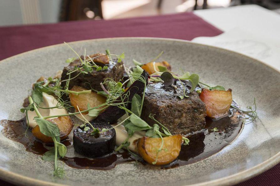 Piparkakkutalon mangalitza-annoksessa on prässättyä ylikypsää lapaa, sianrasvassa paistettua raita- ja punajuurta ja selleripyrettä.