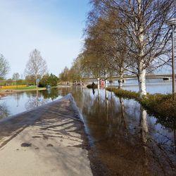Tulva katkaisi Valtakadun yön aikana ja Vapepa hälytti vapaaehtoisensa töihin – Rovaniemellä ollaan nyt vahinkorajalla ja sitä kestänee yli viikon