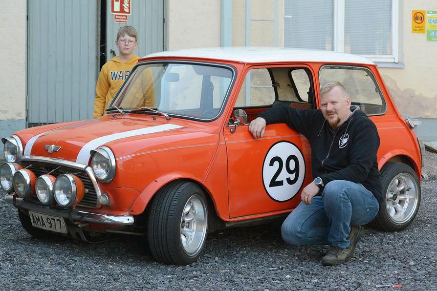 Mika Nevalainen osti vuosimallin 1979 Mini 1000 -auton itselleen perheen harrasteautoksi vaimonsa Minnan ehdotuksesta. Ministä on vuosien aikana tullut Kiimingin Alakylässä asuvan perheen rakas perheenjäsen. Myös Markus-poika on innostunut Ministä.