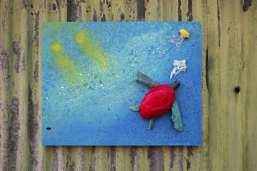 Lasten rannalle hylkäämästä muovilelusta syntyi Hanna Sallisen käsissä kilpikonna.