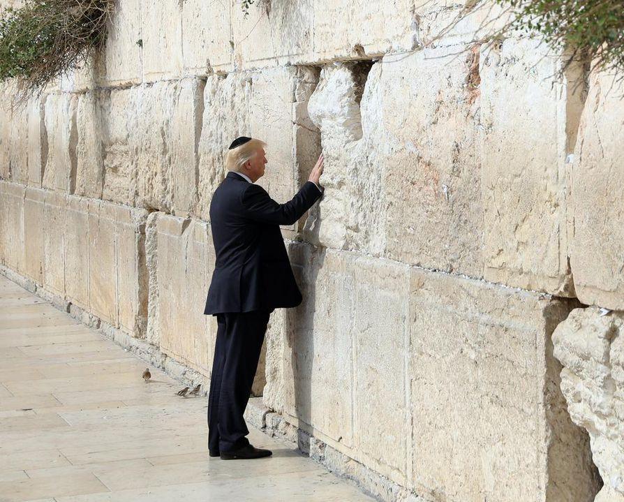 Yhdysvaltain presidentti Donald Trump kosketti Itkumuuria Jerusalemin-vierailullaan aiemmin tänä vuonna.  Yhdysvaltalaismedia kertoo, että Trump aikoo pian tunnustaa Jerusalemin Israelin pääkaupungiksi.