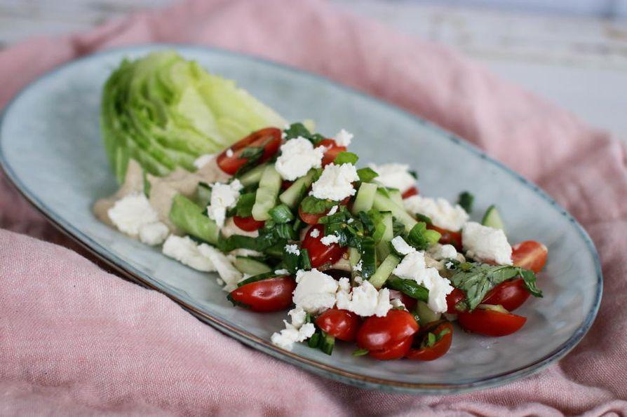 Lohkosalaatti on mukavan erilainen tapa tarjota salaattiannos. Seesaminen tahinikastike tuo tuttuihin salaattiaineksiin uudenlaista pehmeyttä ja täyteläisyyttä.