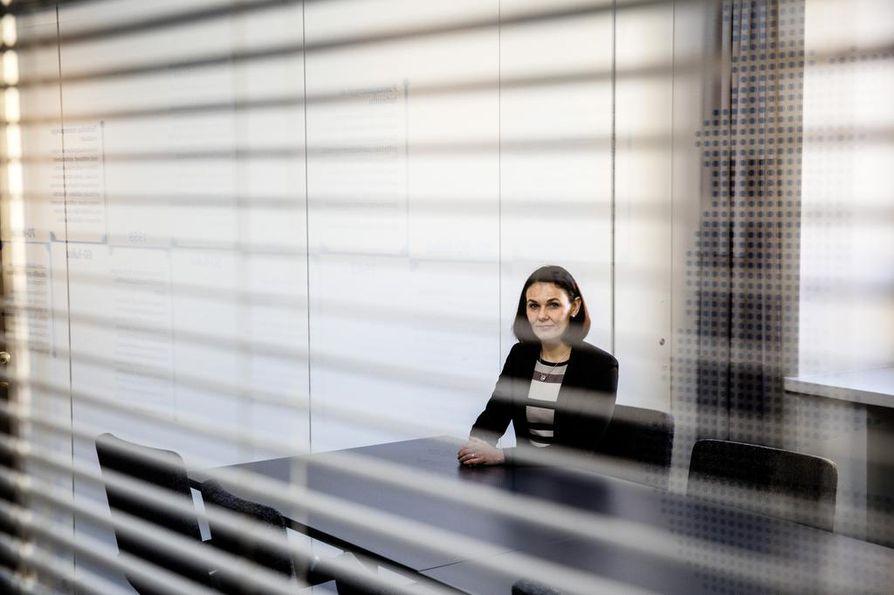 Heidi Merikalla-Teir työskentelee Keskuskauppakamarissa riidanratkaisupalveluista vastaavana johtajana Helsingissä. Hän toimii myös Keskuskauppakamarin välimieslautakunnan pääsihteerinä.