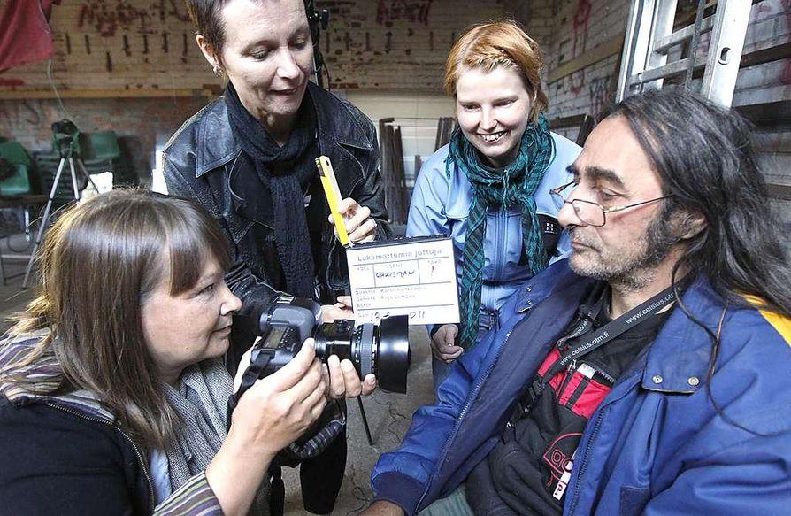 Kuvaaja Pirjo Lempeä (vas.), ohjaaja Karoliina Niemelä ja tuottaja-äänittäjä Marjo Pekonen taltioivat Christian Mauchaufféen elämäntarinaa hänelle  tärkeässä paikassa eli työn alla olevassa Toppilan kulttuurisiilossa.