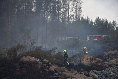 Palokatkot ja sade taltuttivat Kalajoen metsäpaloa ja tilanne on nyt vakaa – alueella on koettu viikon aikana monta läheltä piti -tilannetta