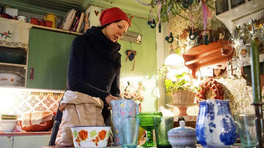 Katja Jomppanen häärää värikkäässä keittiössään.
