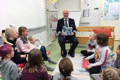Isät ja miehet tarttuivat Tornion koulun heittämään lukuhaasteeseen – lapsille lukivat eri ammattien edustajat palomiehestä poliisiin
