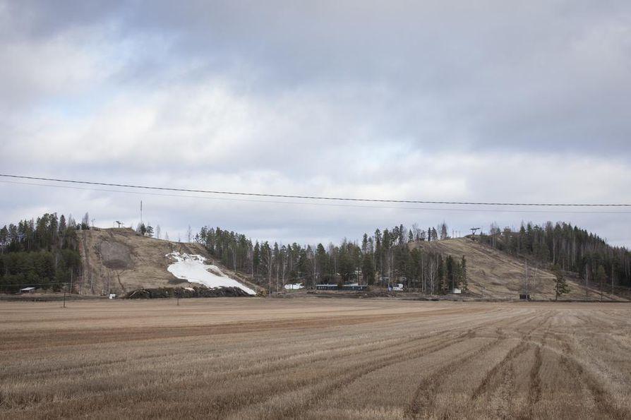 JANAKKALA: Sukset eivät ole Kanta-Hämeessä olleet pahemmin tarpeen, ja Turengin Kalpalinnan laskettelukeskuksen rinteessä pilkottava lumi on tullut tykistä. Näkymän voisi melkein luulla olevan huhtikuulta.