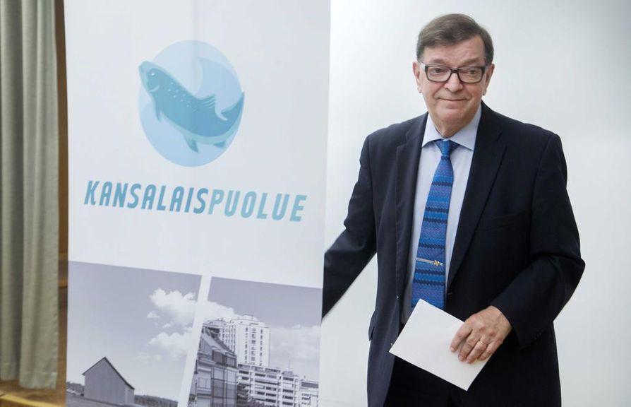 Paavo Väyrynen pyrkii vielä mukaan presidenttikisaan keräämällä kannattajakortteja.
