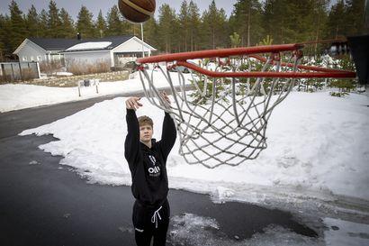 """Jääliläinen Viljami Valkama on Pohjois-Suomen lahjakkain koripallojuniori – """"Haluan koripallosta itselleni ammatin"""""""
