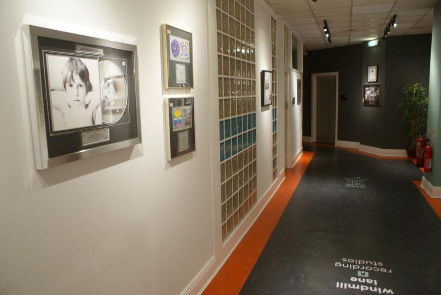 Studiot siirtyivät Dublinissa alkuperäisestä Windmill Lanen sijainnistaan nykyiselle paikalleen vuonna 1990. Lisätilaa tarvittiin, sillä U2:n menestysalbumien vanavedessä moni maailmanluokan artisti ja yhtye halusi äänittämään.
