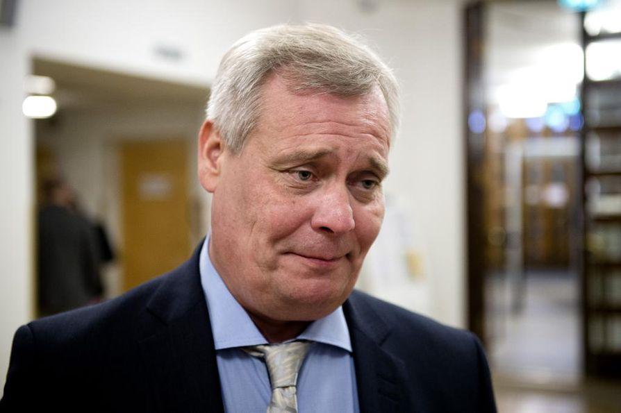 Sdp:n puheenjohtaja Antti Rinne näkee monia uhkakuvia yöllä hyväksytyssä sote-malissa.