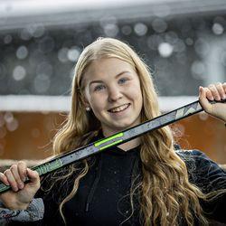 """Vasta 17-vuotias Anna-Kaisa Antti-Roiko on Kärppien liigajoukkueen avainpelaaja – """"Tavoitteeni on, että saan jääkiekosta itselleni ammatin pitkäksi aikaa"""""""