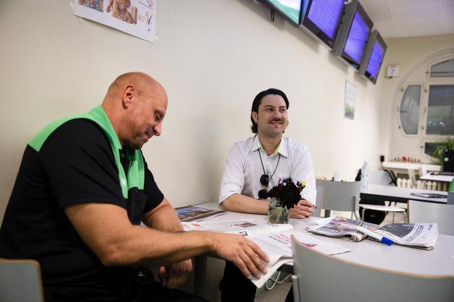 Lähiliikenteen konduktöörit Simo Lindblom (vas.) ja Juho Vornanen rupattelevat ruokataolla. He kertovat, että junahenkilökunnan työpäivät voivat alkaa mihin aikaan tahansa vuorokaudessa.