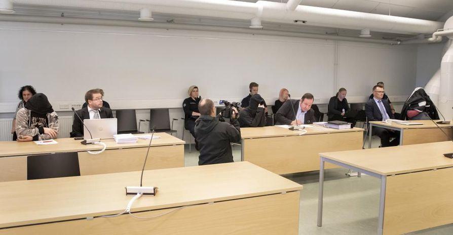 Pudasjärven murhajutun kolmipäiväinen oikeudenkäynti alkoi maanantaina aamusta Oulun käräjäoikeuden väistöistuntosalissa Intiössä. Syytetyt peittivät kasvonsa siksi ajaksi, kun oikeuden puheenjohtaja antoi medialle luvan kuvata salissa.