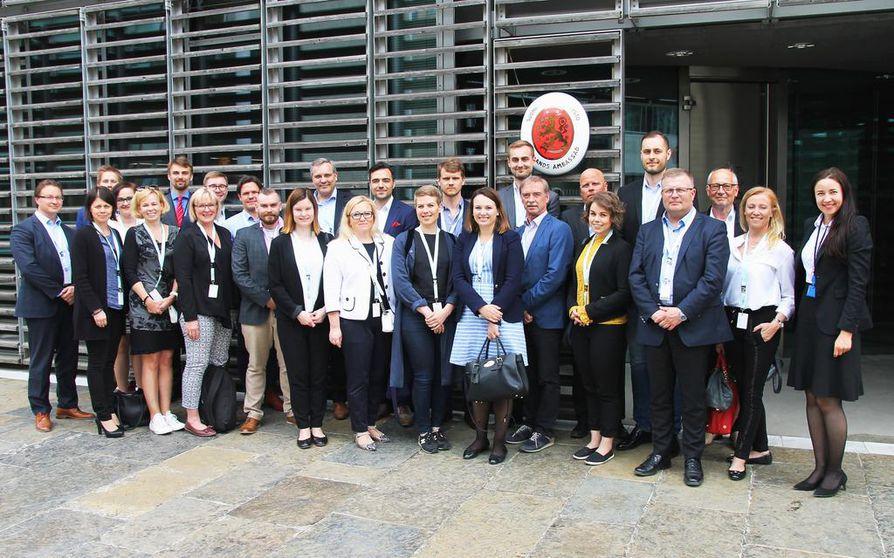 Oman elämänsä sankari -vaikuttajaverkoston kuudes vuosikurssi ja yrittäjäedustajat Suomen Saksan suurlähetystön edustalla.