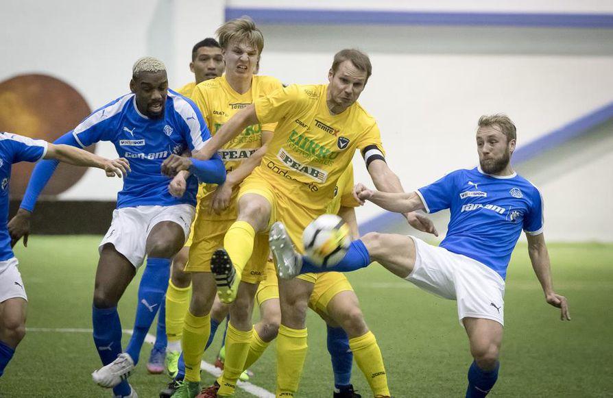 RoPS:n kotiottelu pelattiin poikkeuksellisesti Oulussa Heinäpään jalkapallohallissa.