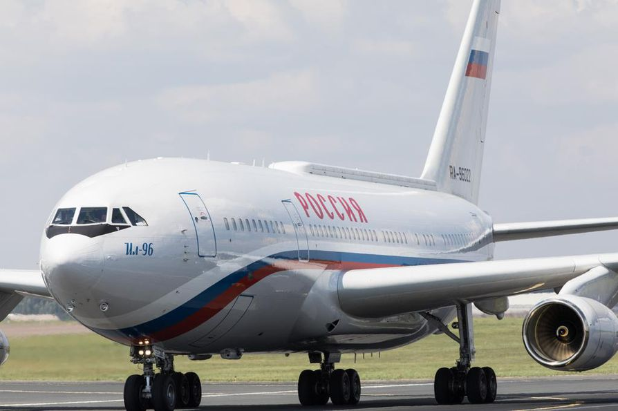 Vladimir Putin saapui valtiovierailuun Iljushin IL-96 -koneella. Hän saapui Iljushin-koneella Suomeen myös viime vuonna, kun Putin tapasi Helsingissä Yhdysvaltain presidentti Donald Trumpin.