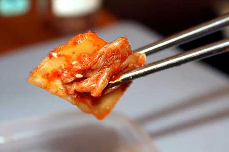 Tulinen kaalisalaatti kimchi saa makunsa ja värinsä punaisesta chilipippurista. Etelä-Koreassa syömäpuikot tehdään puun sijaan teräksestä hygieenisuuden takia.