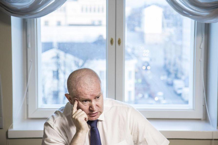 Entinen työ- ja oikeusministeri, nykyinen työministeri Jari Lindström (sin.) avautui viime vuonna työtaakkansa aiheuttamista ongelmista.