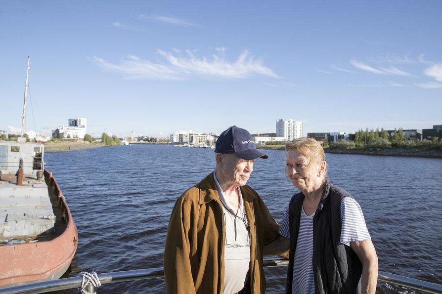 Paavo ja Leena Koskela ovat asuneet m/s Crescendo –aluksessaan Toppilansalmessa kaksikymmentä vuotta ja nähneet, kuinka alue on muuttunut.  –On täytynyt sopeutua alajuoksulle. En tiedä, joutuuko tässä vielä merelle kokonaan, Paavo Koskela naurahtaa.