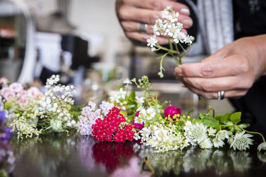 Valitse kukista tukevavartisin kimpun ensimmäiseksi. Hentoinen ei sovi alkuun, sillä myös minikimpun aloituksen on hyvä olla tukeva.