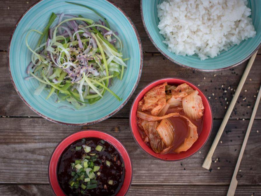 Aterialla tarjotaan useita erilaisia lisukkeita ja kastikkeita. Ssamjang-kastike koukuttaa jäljittelemättömällä maullaan. Hienonnettu kevätsipuli viimeistelee lähes jokaisen ruoan, mutta se taittuu myös tuliseksi salaatiksi.