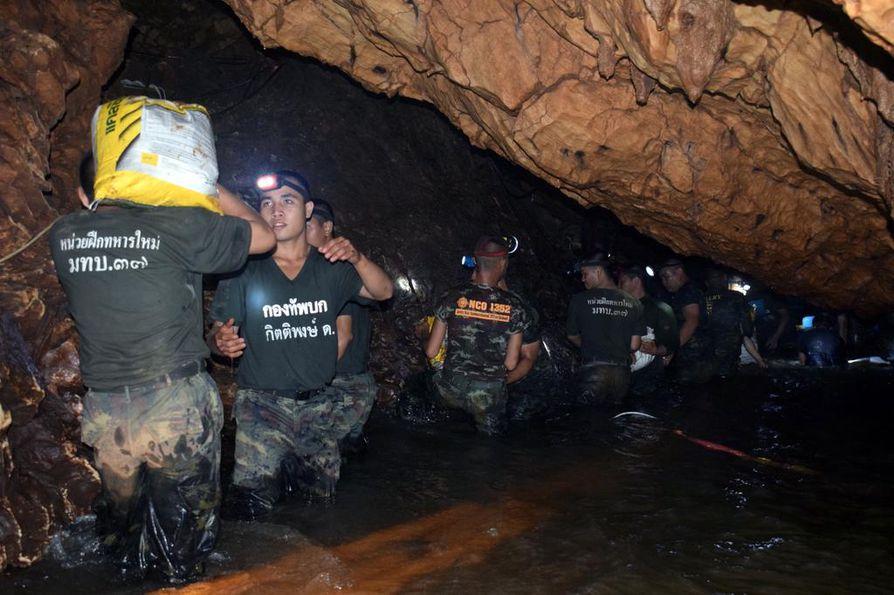 Thaisotilaat kantavat tarvikkeita Tham Luang -luolastossa päiväkausia  kestäneen pelastusoperaation aikana. Tulvavesien luolastoon saartamat 13 2180a3dfc0