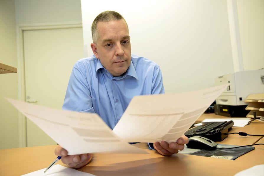Tutkinnanjohtaja Hannu Mensonen kertoo poliisin kuulustelleen lukuisista rikoksista epäiltyä raahelaismiestä viimeksi keskiviikkona.