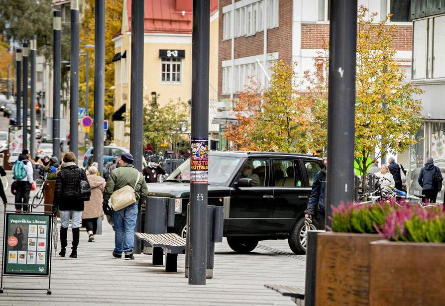 Oulun keskustan kävelykadun moottoriajoneuvoliikenne on lisääntynyt. Toistuvasta valvonnasta huolimatta kävelykatualueella on sinne kuulumatonta huolto- ja jakeluliikennettä.