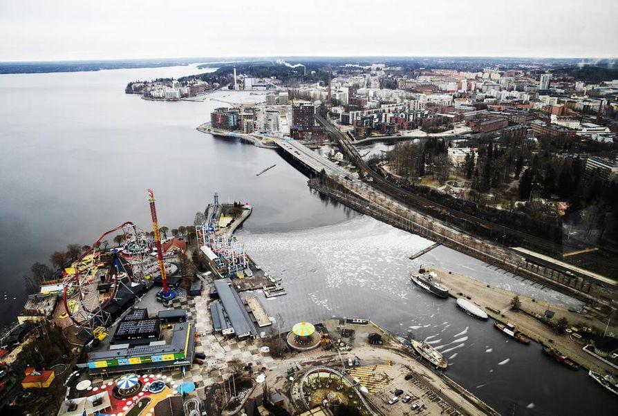 TAMPERE: Edes kaukana sisämaassa Pirkanmaalla sijaitseva Näsijärvi ei ole tänä talvena jäätynyt kuin viikoksi. Jäätyminen tapahtui ennätysmyöhään helmikuun ensimmäisellä viikolla, ja nyt selät ovat taas sulia.