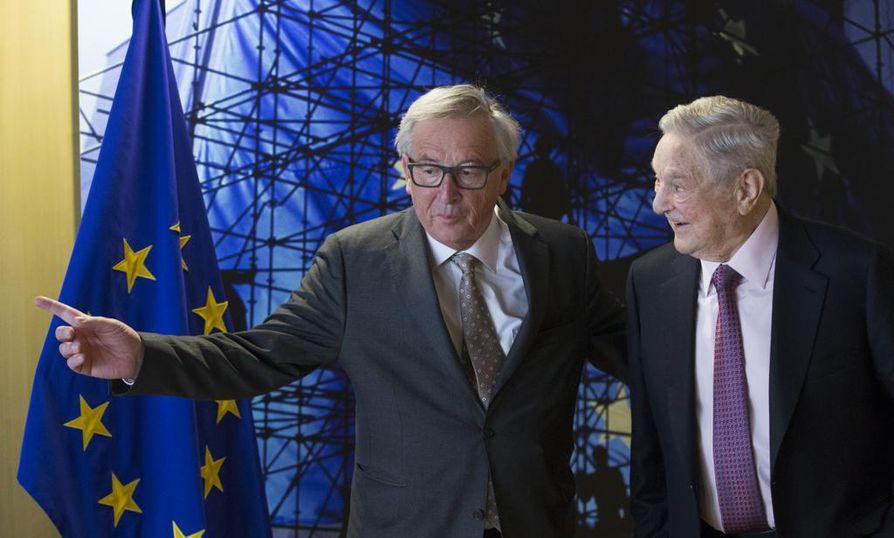 Tämä kaksikko on Unkarin hallituksen mielestä suuri vaara unkarilaisille. Vasemmalla EU-komission puheenjohtaja Jean-Claude Juncker, oikealla miljardööri George Soros.
